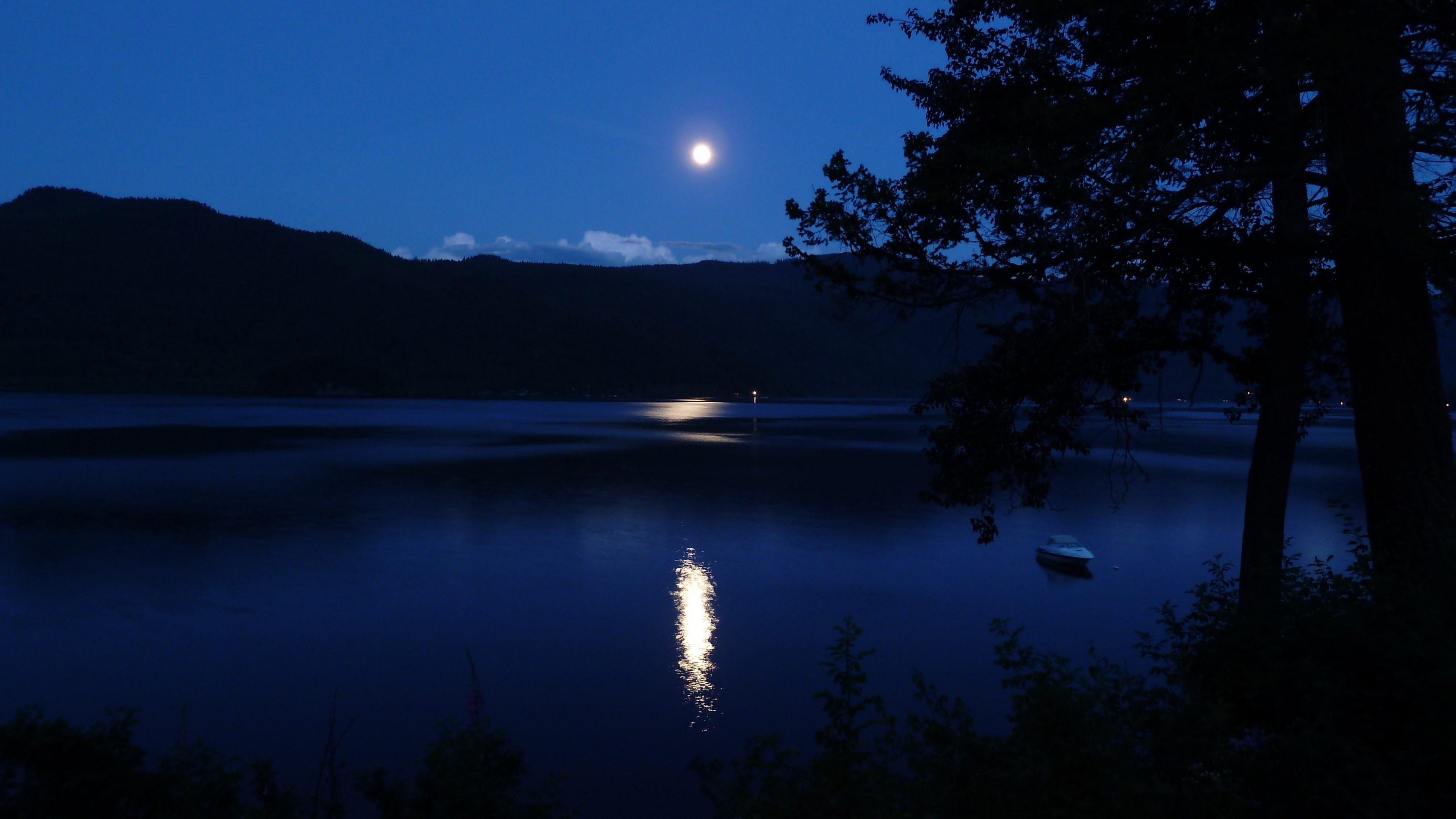 2048x2048 Lake Ultra Hd 4k Ipad Air Hd 4k Wallpapers: Full Moon Over A Lake 5K UHD Wallpaper